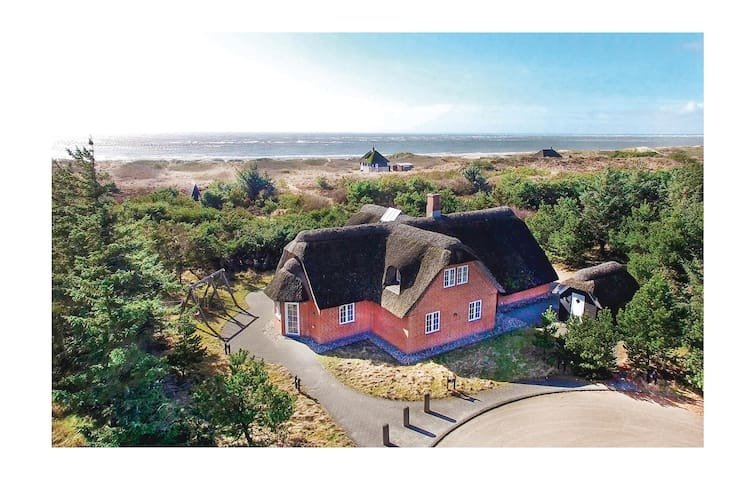 Holiday cottage with 6 bedrooms on 277 m² in Blåvand
