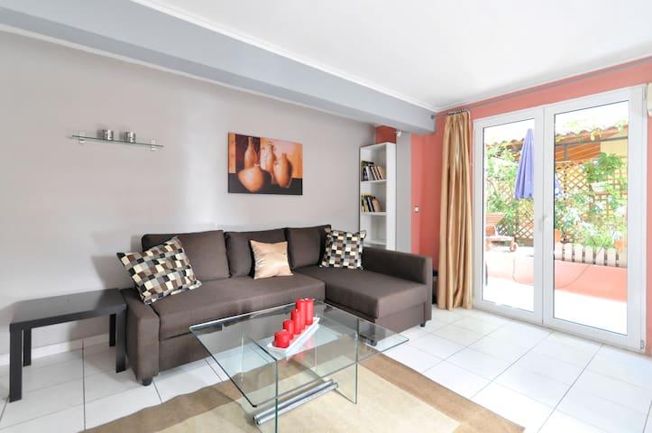 Modern flat with hidden garden by the sea! - Γλυφάδα - Huoneisto