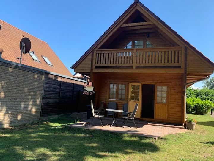 komplette Holzhütte inkl. Grünfläche vor dem Haus