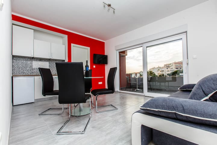 "LUXURY RED MODERN APARTMENT ""BUDIMIR"" - Podstrana"