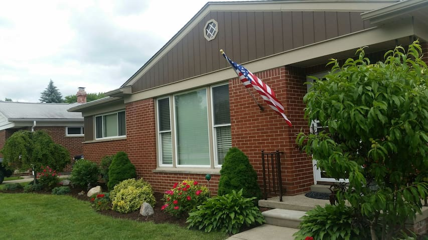 Clean house with private room - Livonia - Hus