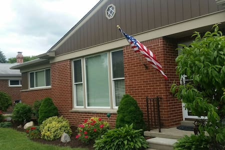 Clean house with private room - Livonia - Casa