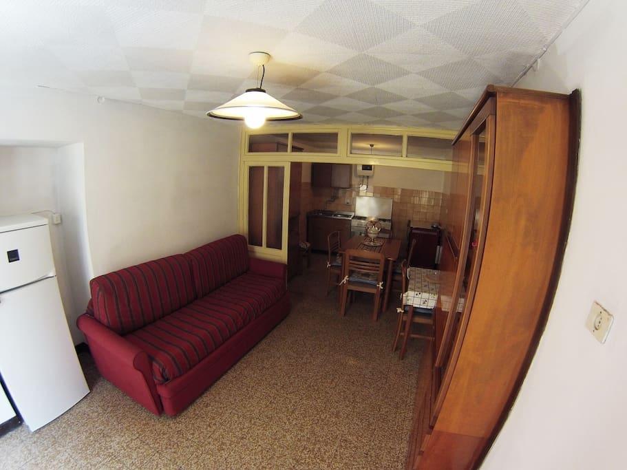 ampio soggiorno con angolo cottura - Living room with kitchenettes