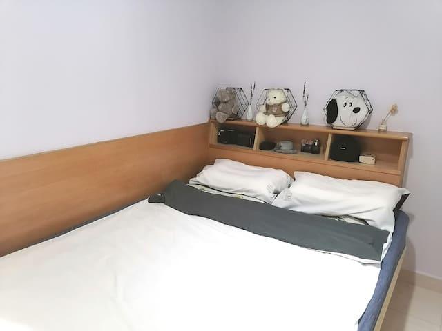 愛靜小屋 双人大床 獨立卫浴(機場、碼頭、 著名景點十分鐘內可到達。可长住,长住点击我的头像联系呀)