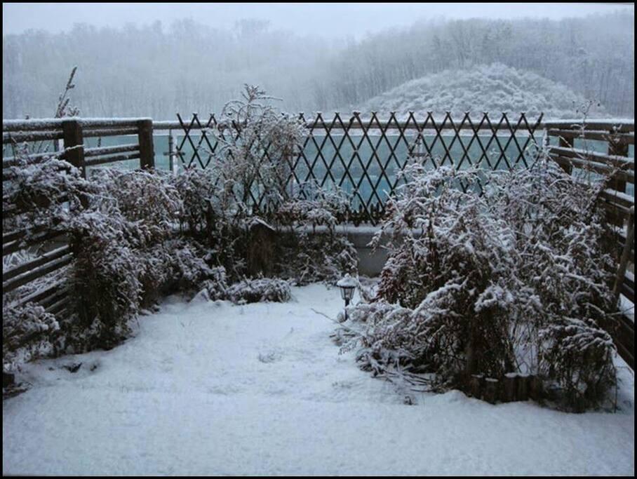 설경  (숙소 테라스에 쌓인 눈) amazing snow-covered garden view