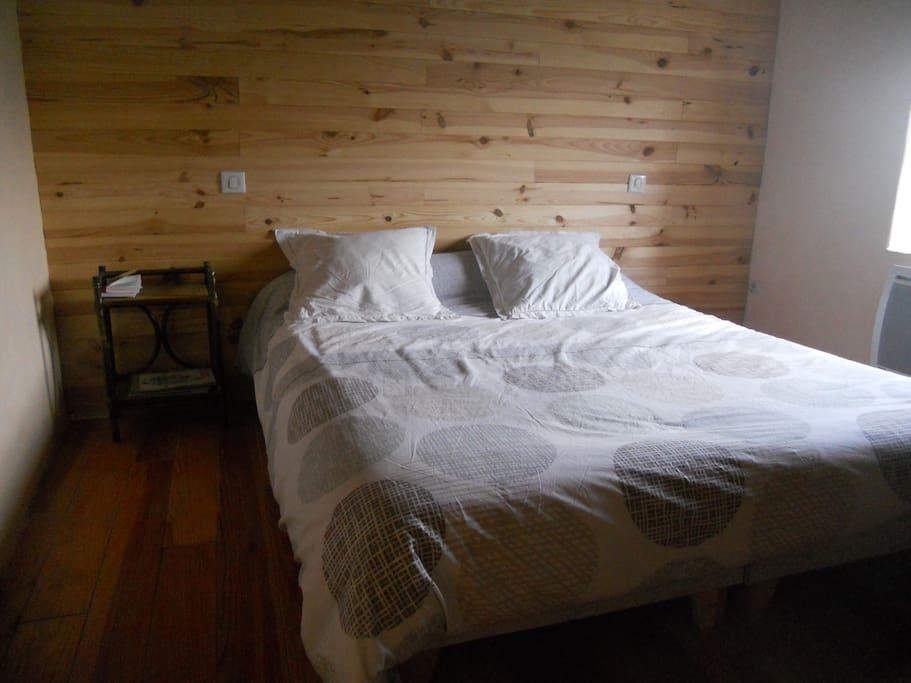 la chambre comprend un lit en 160 qui peut se diviser en deux lit en 80 . Grande armoire de rangement
