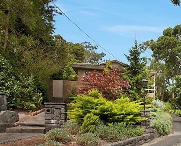 Beautiful 5 bedroom home next to a national park - Upper Ferntree Gully