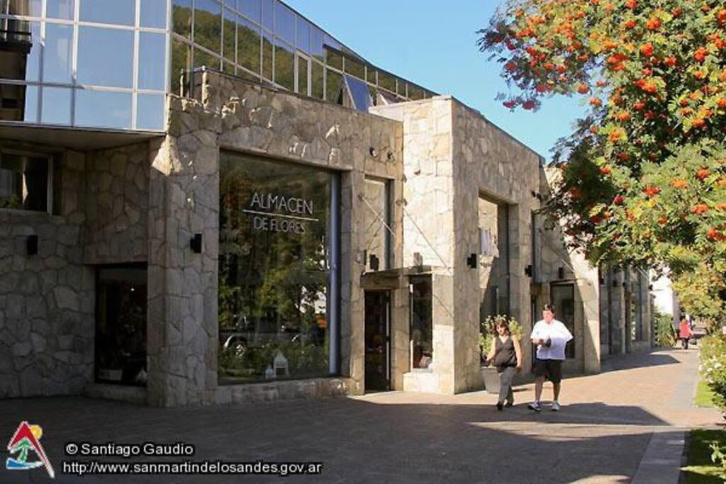 edificio solar de roca ubicado en pleno centro de la ciudad
