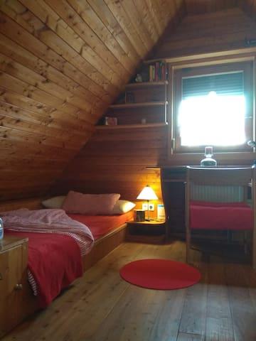 Gemütliches Holz Zimmer mit Duschbad & Kochnische