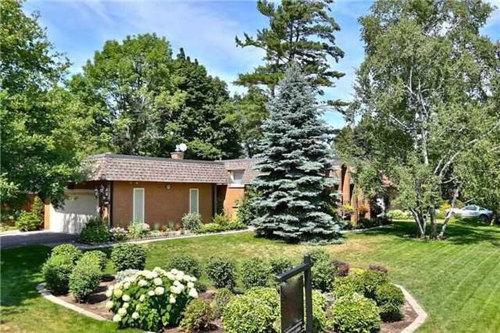 5 bedroom house in prestigious SE Oakville - Oakville