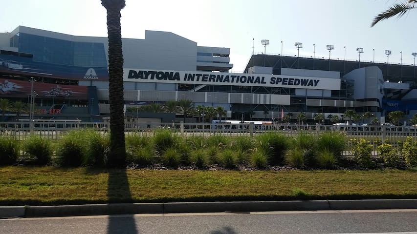 Minutes from Daytona international speedway and surrounding restaurants.
