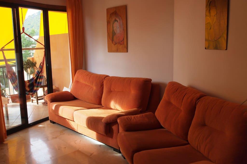 Amplio y soleado salón.