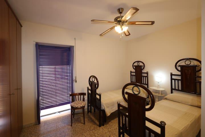 Camera doppia con letti antichi