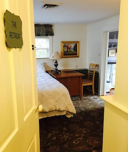 Full sized bed and kitchenette - Snow Hill