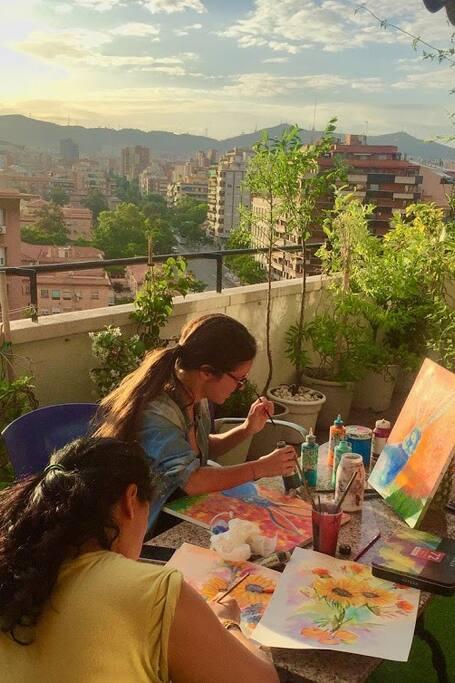 Kunst und Wein auf einer Dachterrasse
