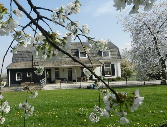 """""""de Bloesemgaard"""" in de Betuwe. Tussen fruitbomen. - Eck en Wiel - Huis"""
