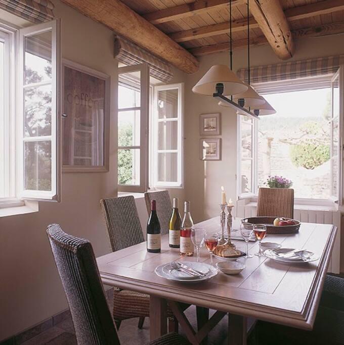 Coin salle à manger d'une des maisons
