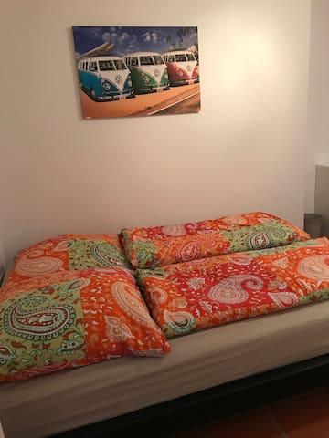 2. Schlafzimmer mit 1,50 x 2,00m Bett