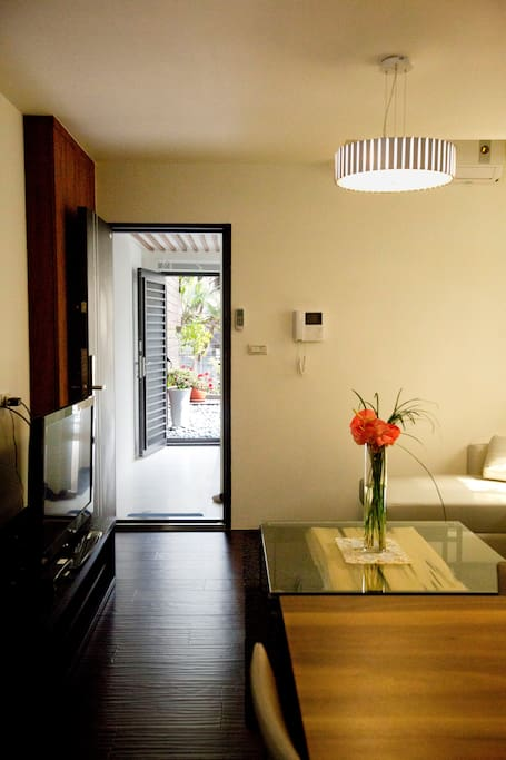 A look from inside out, corridor leads to a outdoor balcony with gardening. 客厅