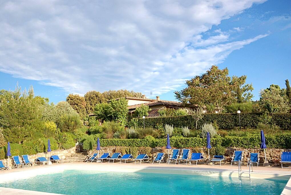 Vista piscina, dietro si vede l'Antico Borgo Il Cardino
