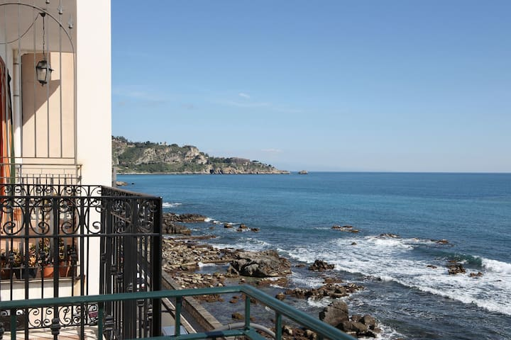 Taormina Casa Mia  in front of the Sea - giardini naxos - Apartamento