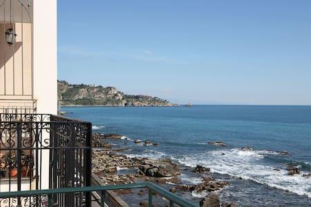 Taormina Casa Mia  in front of the Sea - giardini naxos - Pis