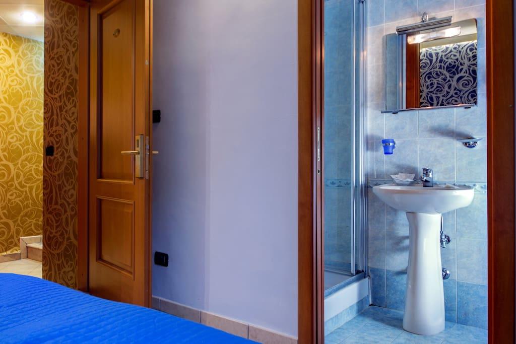 bagno privato con doccia, set cortesia