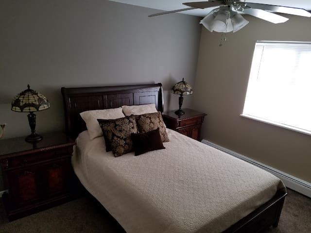 Queen bed with hypo alergetic pillows and bamboo mattress cover and new sealy mattress.