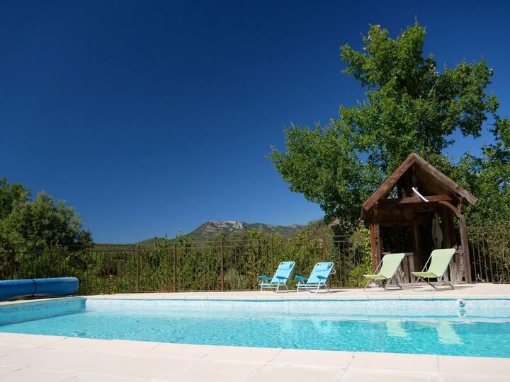 Villa avec grande piscine pour 6 à 8 personnes...