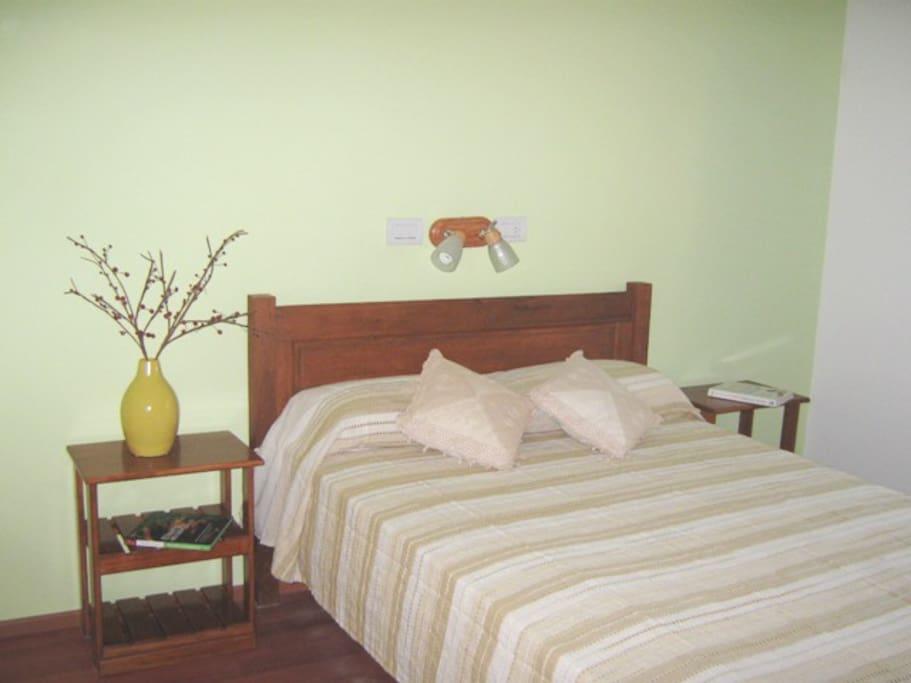 Habitacion matrimonial a la que se puede adicionar una cama