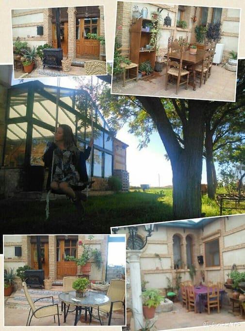 Patio interior con estufa y vistas al jardín y al campo.