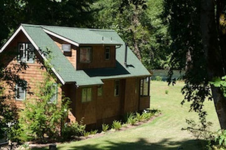 Log Cabin Inn, riverfront cabin,  3bdrm
