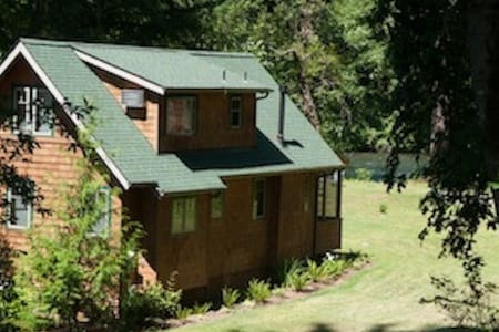 Log Cabin Inn, 2 riverfront cabins, 2 bdrm & 3bdrm - McKenzie Bridge