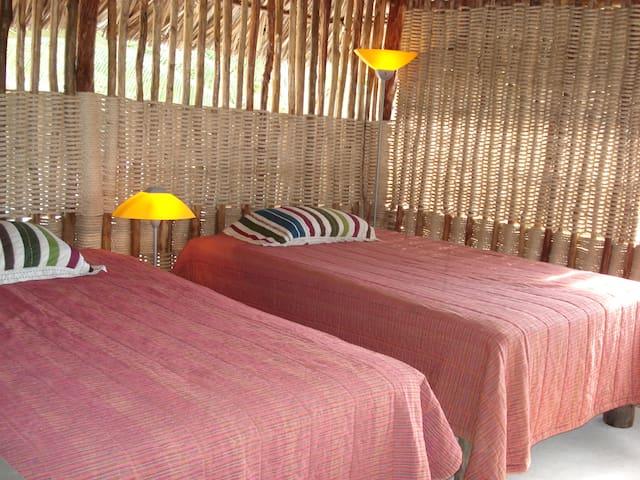 espaciosas habitaciones cubiertas de miriñaques para evitar insectos y mosquitos
