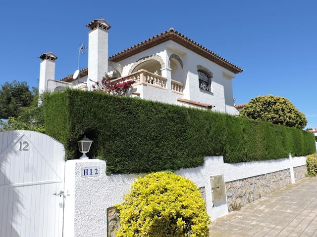 SEMI-DETACHED HOUSE WITH COMUNAL POOL 400 MT FROM PLAYA CRISTAL