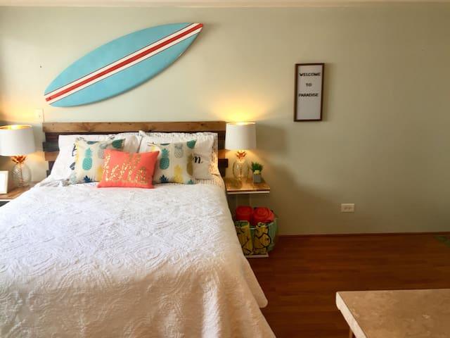 Pineapple Dreams: 1 Block to Famous Waikiki Beach