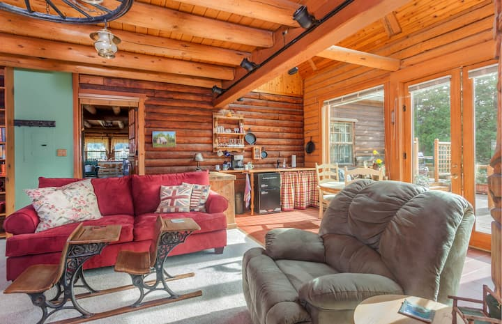 Cozy Log Home between Mt. Hood & Hood River!
