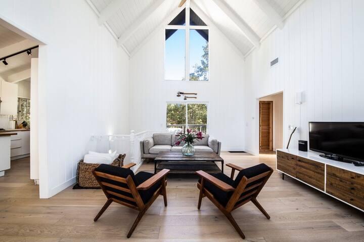 Modern Chic Lake House w/beach access & deck!
