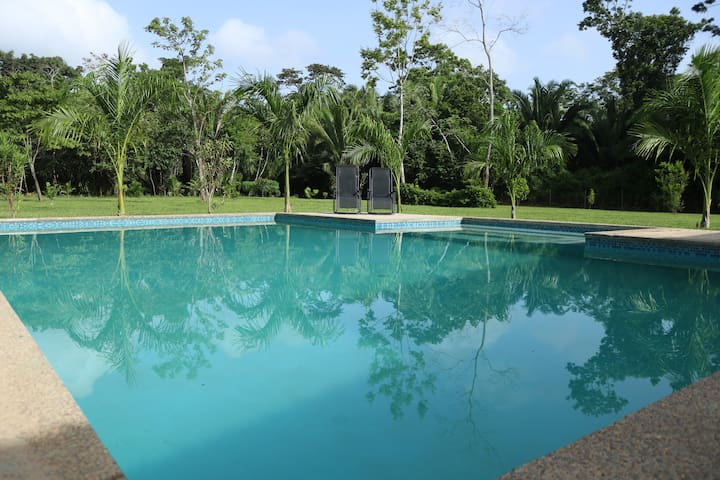 Charming tropical getaway with Pool
