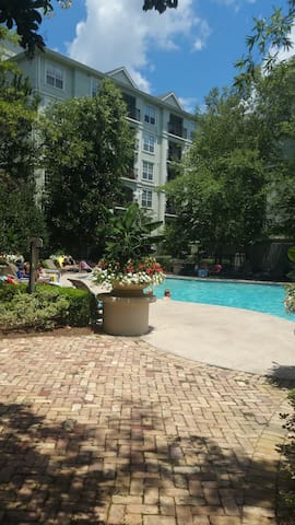 Luxury 1 bdrm  king bed in the heart of Buckhead