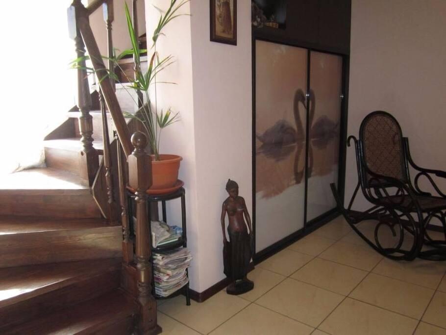 красивая деревянная лестница на второй этаж к спальням