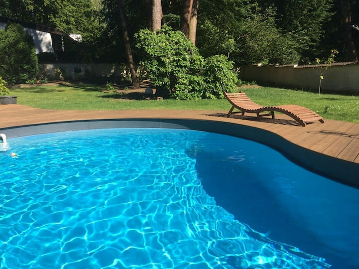 Cosy pool house near to airport and fair