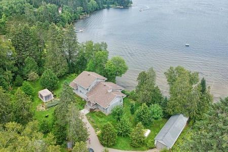 Cette superbe propriété sur le Lac-Des-Plages