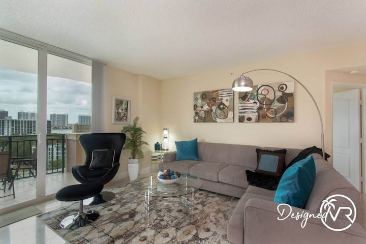 Stylish Modern  2bd/2bth Apt. min to beach
