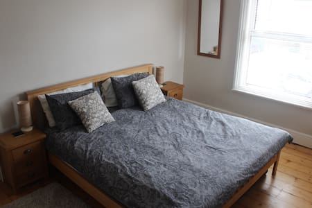 Large double room/dressing room/private bathroom - Bedford - Bed & Breakfast