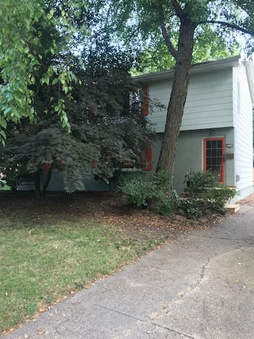 Charming Beaverdale Treetop 2nd floor Apartment