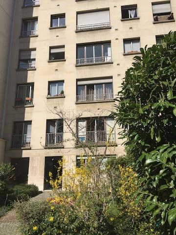 L'immeuble donne sur un jardin (2ème étage)