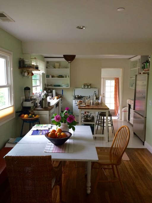 great kitchen with good cooking tools and dining area