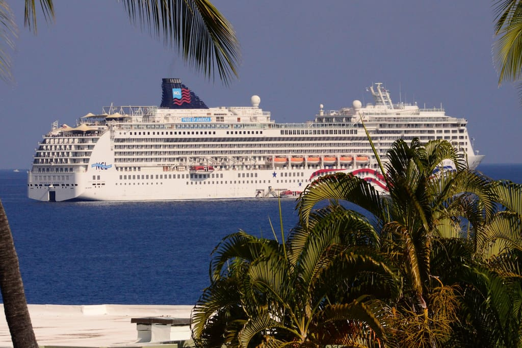 Zoomed in view of cruise ship in Kailua Bay