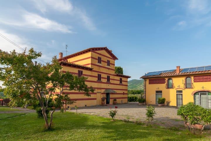 Ferienwohnung in Landhaus im Olivenhain mit eingezäunten Pool und Fußballplatz
